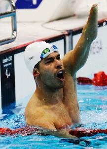 Daniel Dias comemora vitória nos Jogos Paraolímpicos de Londres-2012 (Lefteris Pitarakis/Associated Press)