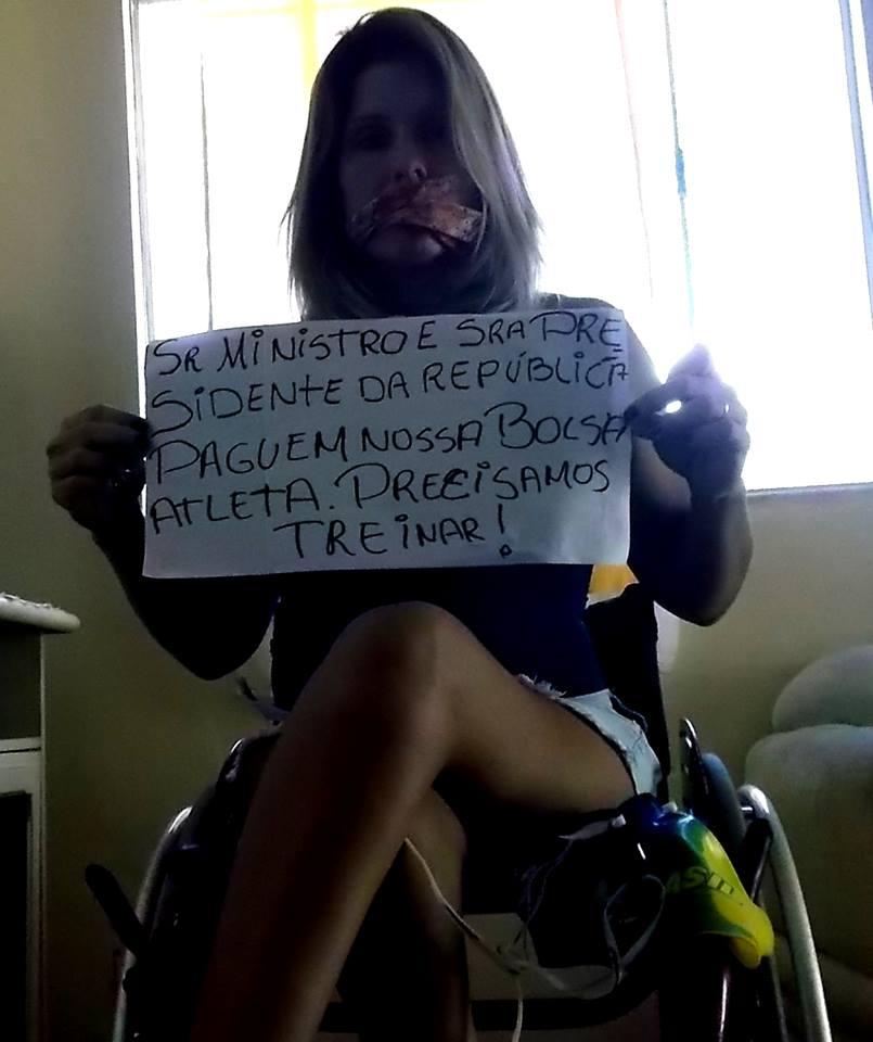 A nadadora paraolímpica Adriana Azevedo posta protesto no Facebook (Crédito: Reprodução/Facebook/Adriana Azevedo)