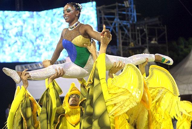 A ginasta Daiane dos Santos foi destaque da escola de samba Pérola Negra, em desfile no Anhembi, em São Paulo, em 2010