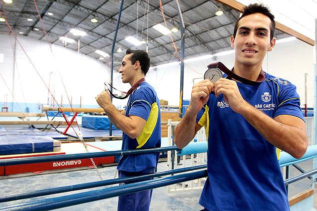 O ginasta Henrique Flores posa com medalha de prata da Copa do Mundo de Doha