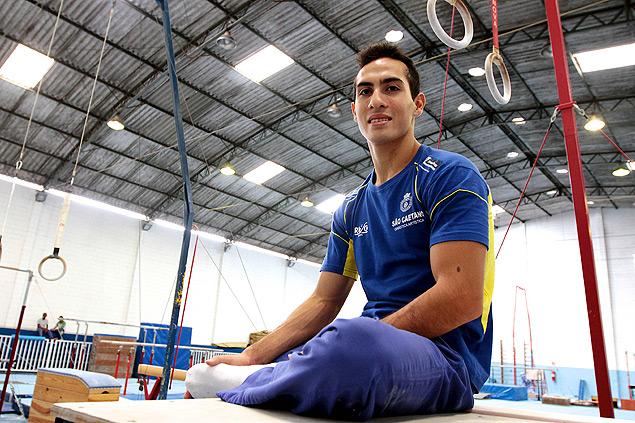 O ginasta Henrique Flores posa no ginásio onde treina em São Caetano