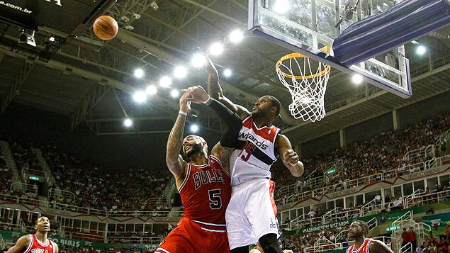 O ala Carlos Boozer, do Chicago Bulls, leva toco na partida em que seu time enfrentou o Washington Wizards na Arena da Barra, em outubro de 2013 (Crédito: Marcelo de Jesus/UOL)