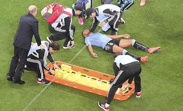 O lateral esquerdo Alvaro Pereira, do Uruguai, desmaiado durante o jogo de sua seleção contra a Inglaterra, na quinta-feira (Crédito: François Xavier Marit/Associated Press)