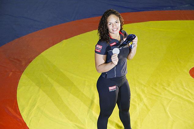 A lutadora Aline Silva, 27, posa com medalha de prata do Mundial