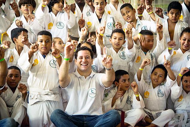 O judoca Tiago Camilo e os alunos de seu instituto (Crédito: Fernando Gonsales/Divulgação)