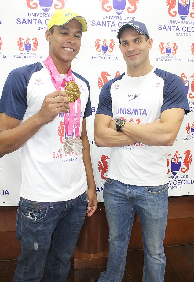Os nadadores Matheus Santana (à esq.) e Nicholas Santos em evento nesta terça-feira (Crédito: Divulgação)