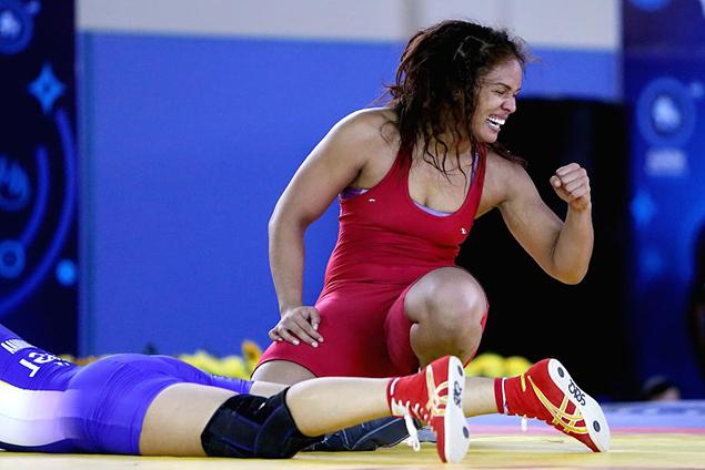 A brasileira Aline Ferreira comemora vitória na semifinal do Mundial (Reprodução/Twitter/wrestling)