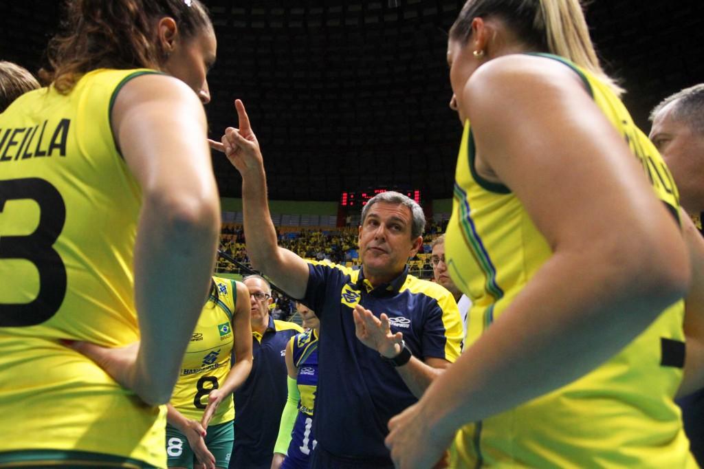 Zé Roberto orienta jogadoras da seleção brasileira feminina de vôlei