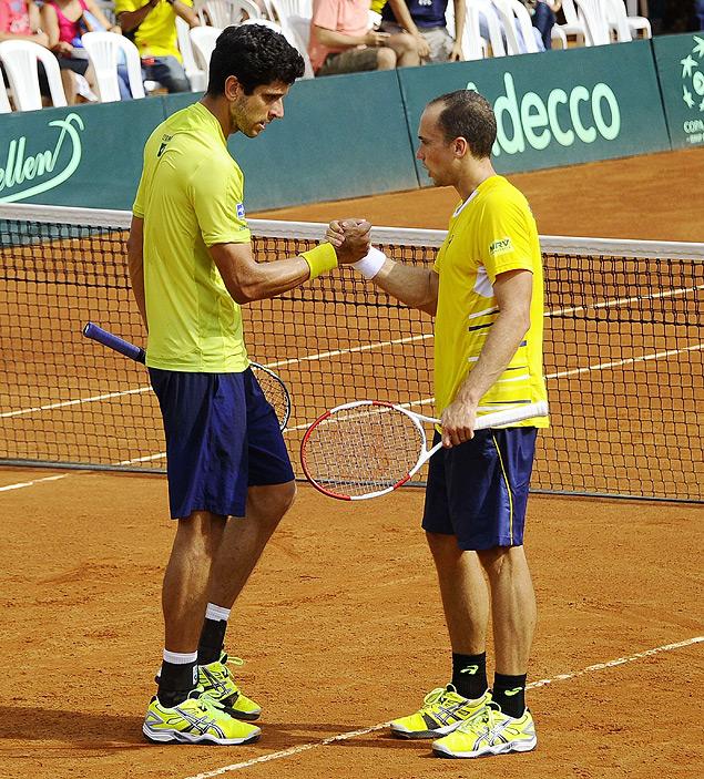Marcelo Soares e Bruno Melo comemoram ponto em vitória brasileira sobre o Equador por 3 sets a zero pela Copa Davis (Rodrigo Buendia/AFP)