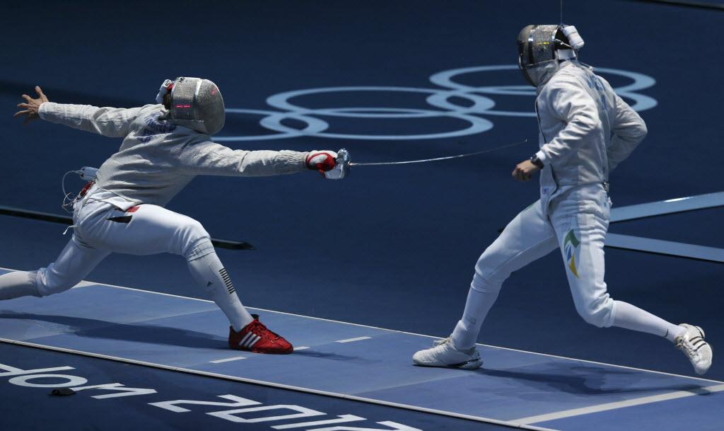 O esgrimista brasileiro Renzo Agresta (à dir.) enfrenta o alemão  Benedikt Wagner na disputa de sabre em Londres-2012