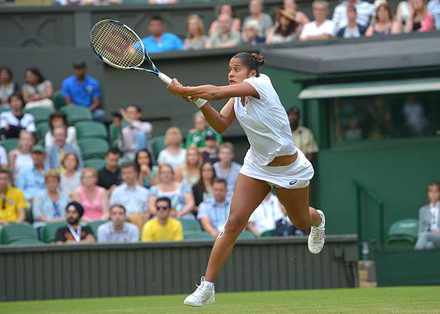 A tenista brasileira Teliana Pereira devolve bola contra a romena Simona Halep, em Wimbledon (Carl Court/AFP)