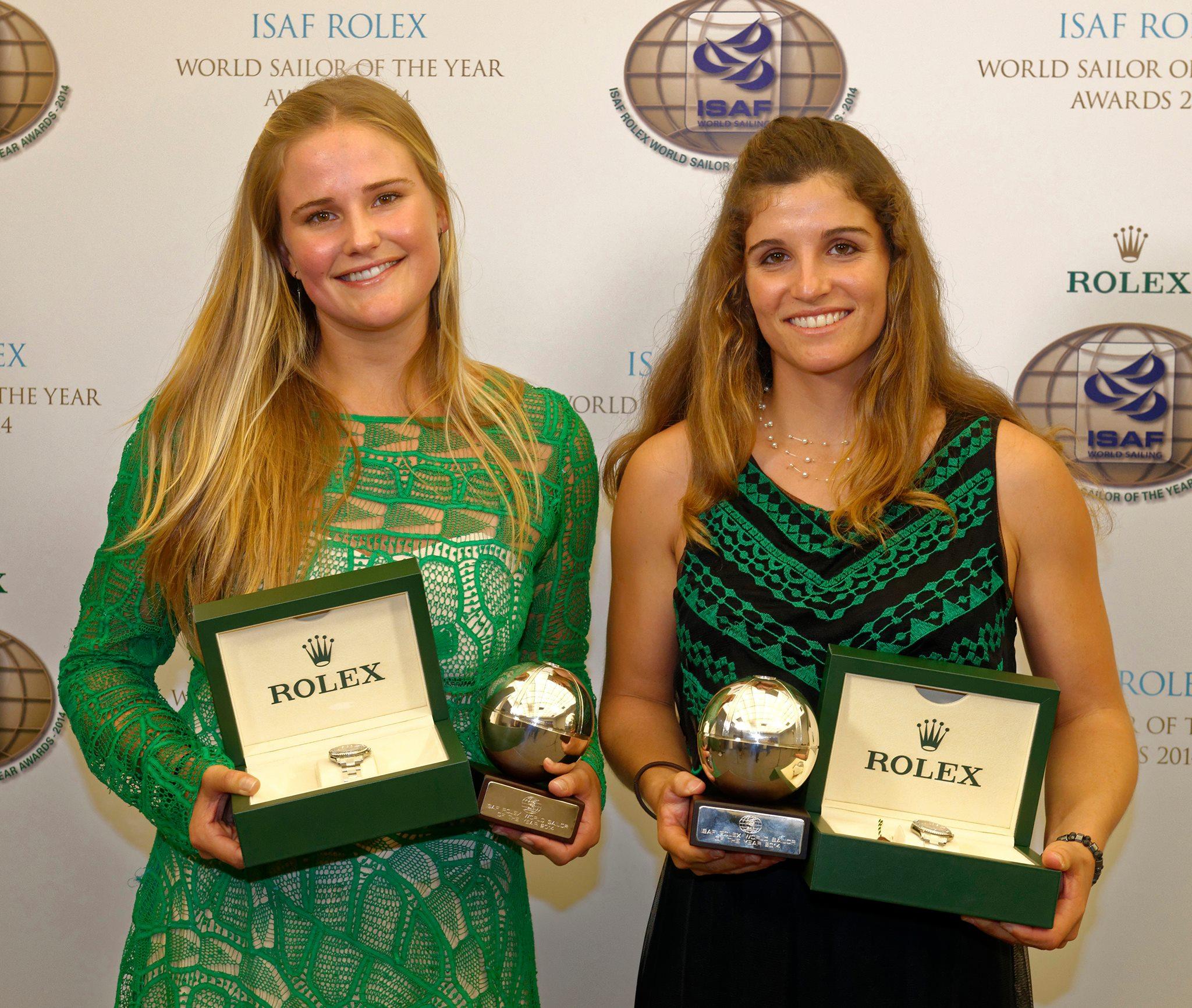 Kahena Kunze e Martine Grael seguram troféu de melhor do mundo
