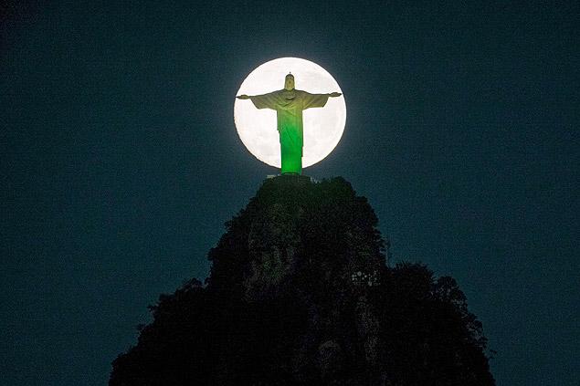 Lua cheia atrás do Cristo Redentor, no Rio (Yasuyoshi Chiba/AFP)
