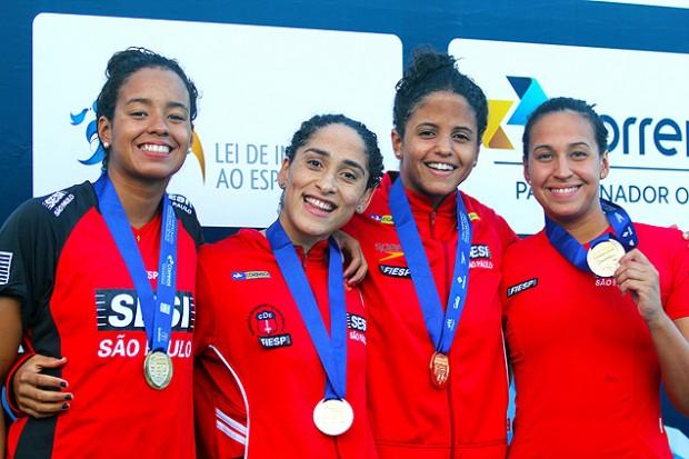 A nadadora Jessica Bruin Cavalheiro, a primeira à direita, durante pódio com companheiras do Sesi, entre elas a campeã mundial Etiene Medeiros (Crédito: Onboard Sports/Divulgação)
