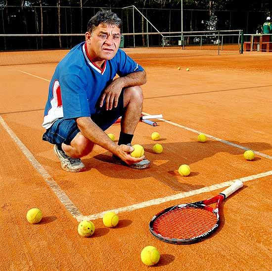 Conhecido como Pernambuco, José Pereira da Silva, pai de Teliana, posa em frente à primeira quadra de tênis que ajudou a construir, em Curitiba (20.ago.2010 - Diego Singh/Folhapress)