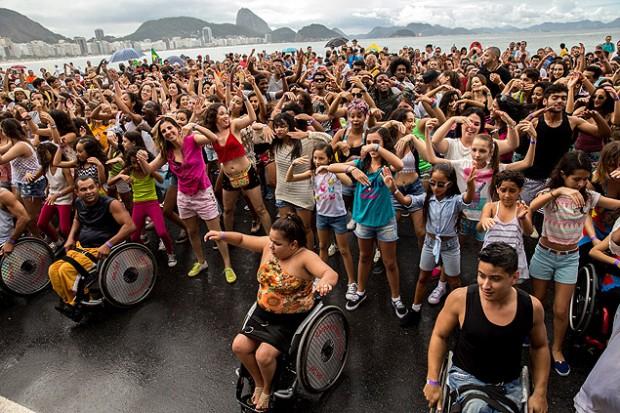 'Flash Mob' dirigido por Dbora Colker, em Copacabana, no evento que marcou os 500 dias para as Paraolimpíadas do Rio, neste domingo (26)