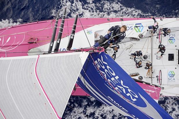 Equipe do SCA veleja durante etapa da Volvo Ocean Race (Crédito: Rick Romlinson/TeamSCA)