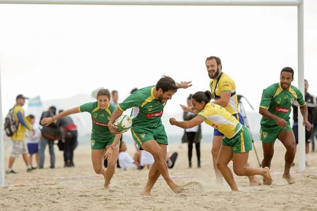 Inauguração do primeiro campo de rúgbi fixo em uma praia do Brasil, na quarta-feira (24), em Copacabana, no Rio, com atletas da seleção brasileira (João Neto/Fotojump)