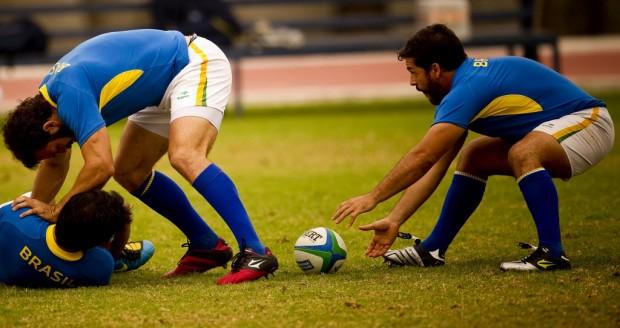 Lucas Duque (à dir.) começa jogada pela seleção brasileira em jogo-treino contra o México antes do Pan de Guadalajara-2011 (Daniel Marenco/Folhapress)