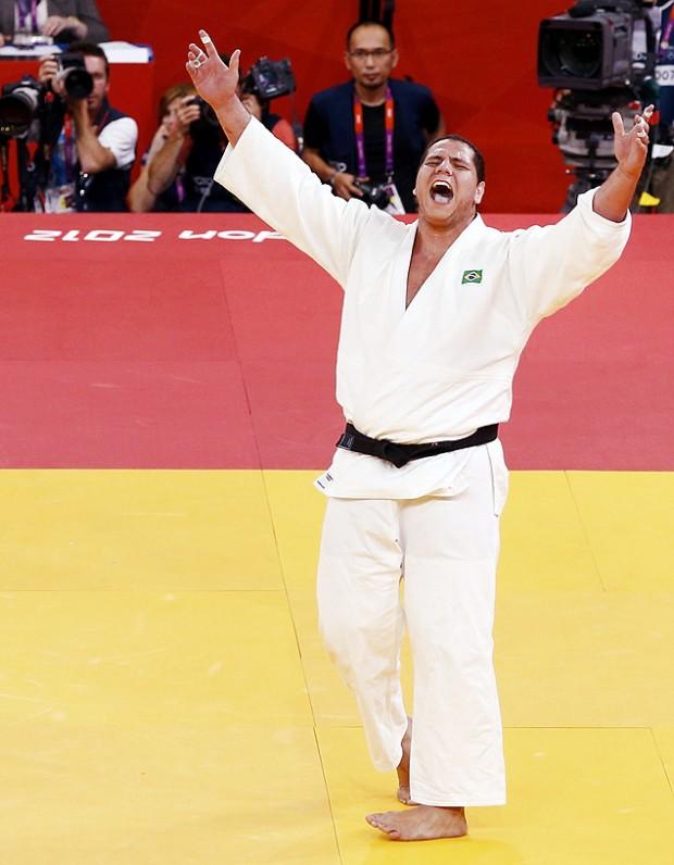 O judoca Rafael Silva comemora a conquista da medalha de bronze na categoria pesado (acima de 100 kg) nos Jogos de Londres (Crédito: Darren Staples/Reuters)