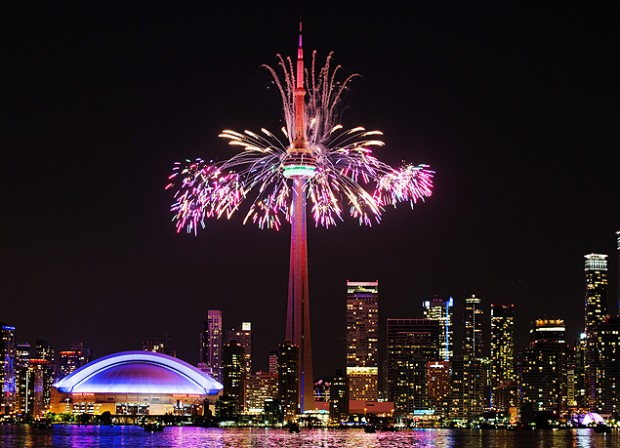 Rogers Centre e CN Tower vistos da Toronto Island durante a cerimônia de encerramento do Pan de Toronto (Danilo Verpa/Folhapress)