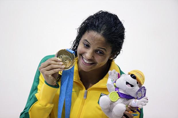 Etiene Medeiros exibe a medalha de ouro conquistada na prova dos 100 m costas no Pan (Crédito: Danilo Verpa)