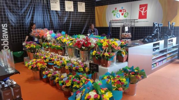 Flores à venda na Vila Pan-Americana em Toronto (Marcel Merguizo/Folhapress)
