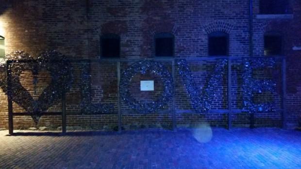 """Barra cheia de cadeados que formam a palavra """"Love"""" em uma das ruas da Distillery (Marcel Merguizo/Folhapress)"""