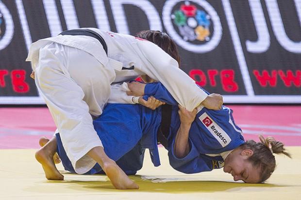 A japonesa Ami Kondo (de branco) vence a brasileira Nathalia Brígida no Mundial de Astana (Jack Guez/AFP)