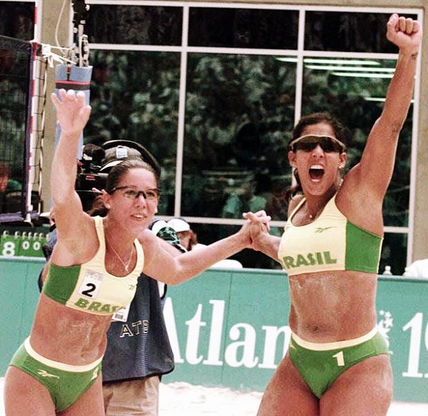 Jacqueline Silva (à dir.) e Sandra Pires comemoram vitória nos Jogos de Atlanta-1996 (Ormuzd Alves - 28.jul.1996/Folhapress)