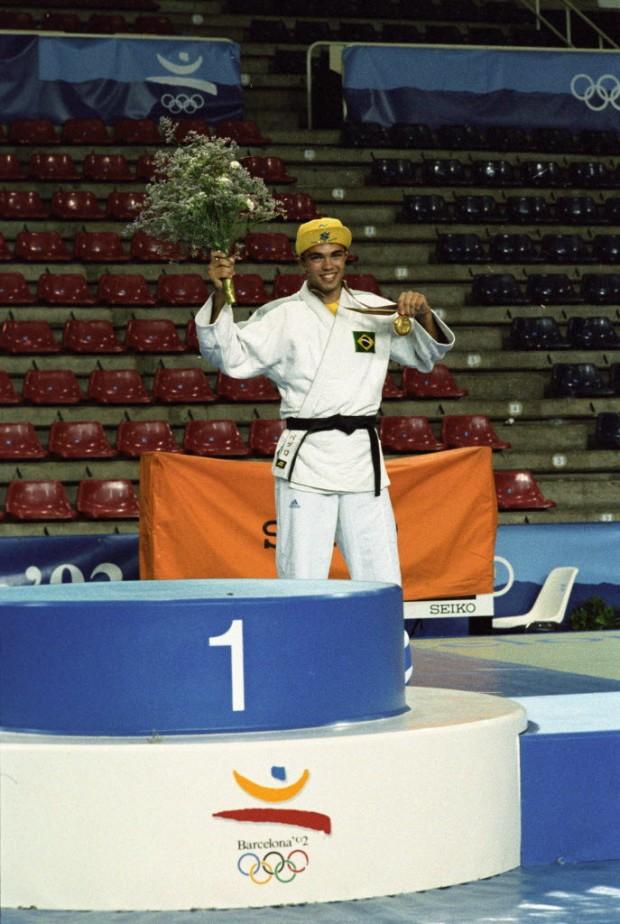 Rogério Sampaio com a medalha de ouro em Barcelona-1992 (Pisco Del Gaiso/Folhapress)