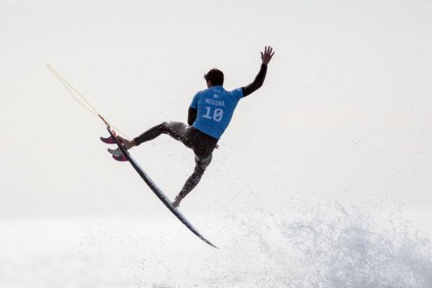 O brasileiro Gabriel Medina consegue um aéreo em Hossegor, na França, neste ano (Nicolas Peschier/AFP)