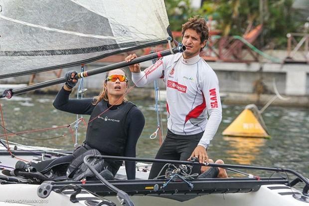 Isabel Swan em barco da classe Nacra 17, ao lado de Samuel Albrecht (Divulgação)