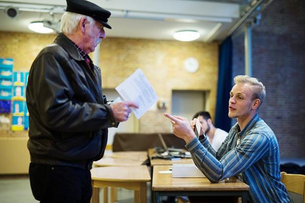 Cidadão vota no referendo que decidiu barrar candidatura de Hamburgo (Crédito: Axel Heimken/Efe/EPA)