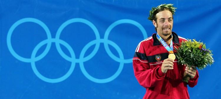 Nicolas Massú exibe a medalha de ouro no pódio de Atenas-2004 (Jacques Demarthon/AFP)