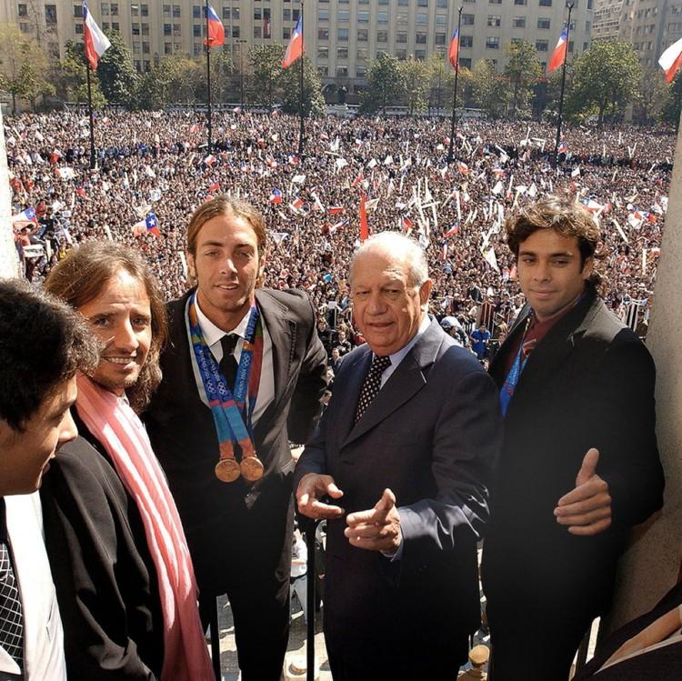 Ao lado do presidente Ricardo Lagos (centro), os tenistas Nicolas Massú (esq.) e Fernando González (dir.) são recebidos por cerca de 8.000 pessoas, no palácio do governo, em Santiago, no Chile, em 2004 (AFP)