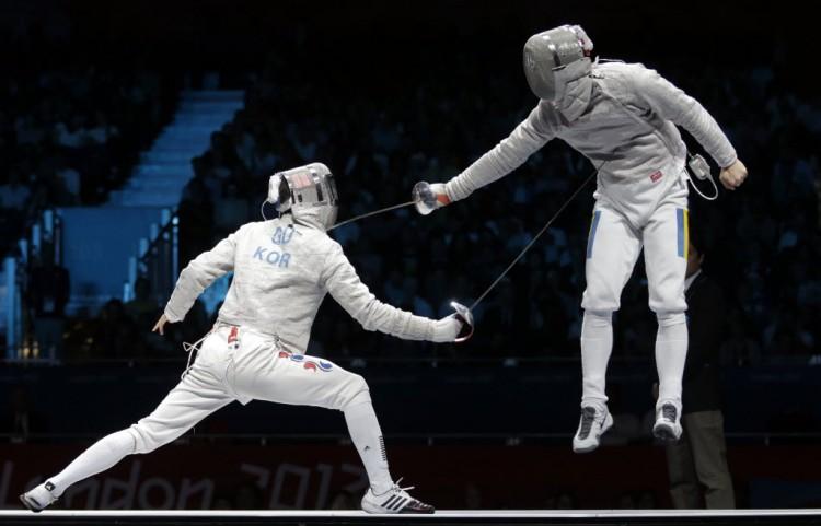 Disputa pelo ouro no sabre, uma das três armas da esgrima, nos Jogos Olímpicos de Londres-2012 (Dmitry Lovetsky/AP)