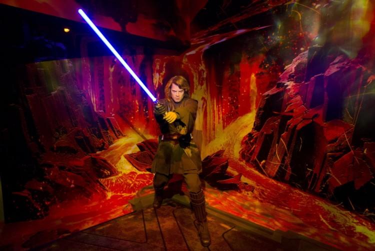 Annakin Skywalker, segurando um sabre de luz de Star Wars, no museu Madame Tussauds, de Londres (Justin Tallis/AFP)