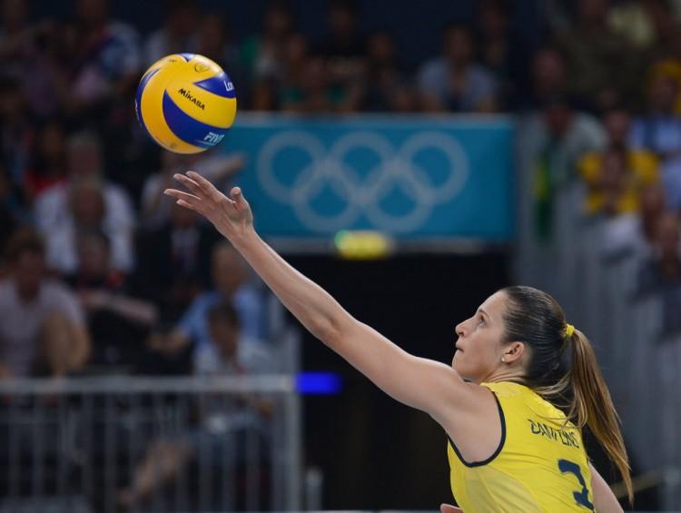 Dani Lins saca na final olímpica que deu o ouro ao Brasil em Londres-2012 (Manan Vatsyana/AFP)