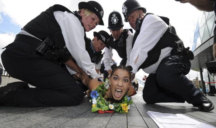 Ativista do Femen protesta em Londres antes dos Jogos de 2012 (Paul Hackett/Reuters)