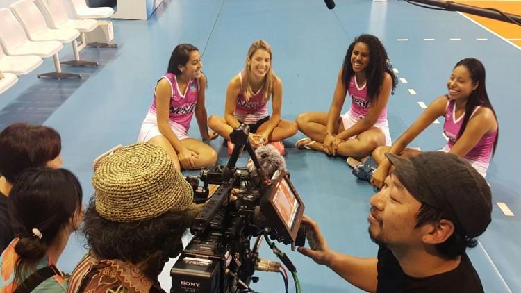 Camila Brait grava entrevista acompanhada da líbero Dani Terra (à esq.), da ponteira Carla e da levantadora Cacá, todas do Osasco (ZDL/Divulgação)