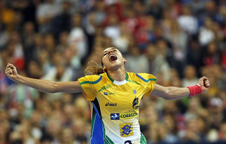 Alexandra Nascimento comemora gol no Mundial-2013 (Darko Vojinovic/Associated Press)