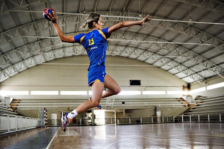 Célia Costa arremessa em treino na Metodista (Eduardo Knapp/Folhapress)