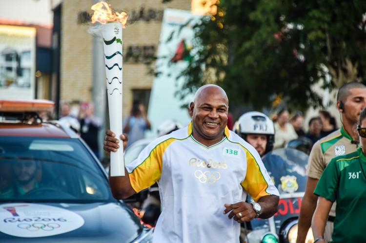 O sul-africano Chester Williams carrega a tocha em Curitiba (Crédito: Gaspar Nóbrega/Inovafoto)