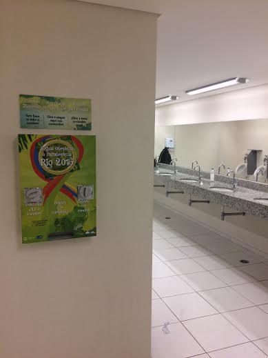 Dispenser de camisinha dentro de banheiro no centro de imprensa da Rio-2016 (Créditos: Paulo Roberto Conde/Folhapress)