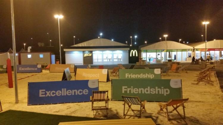 Fachada do McDonald's dentro da Vila dos Atletas (Marcel Merguizo/Folhapress)