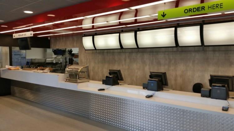 Parte interna do McDonald's na Vila dos Atletas (Marcel Merguizo/Folhapress)